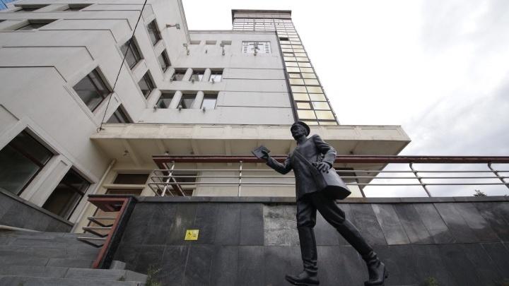 Востребованную у челябинцев парковку в центре города отдали новому суду