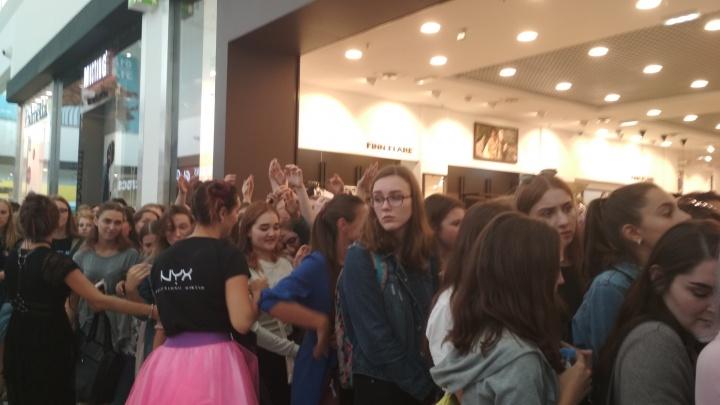 Толпа девушек устроила давку в «МЕГЕ» из-за бесплатной косметики