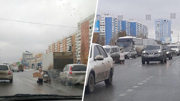 «Стояла на коленях и плакала»: полицейские забрали с Московского шоссе женщину с жуткой табличкой