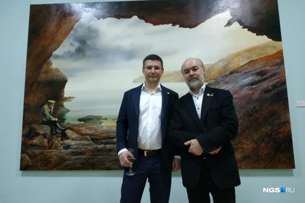 Художник-сюрреалист Женя Шеф (справа) и коллекционер Григорий Гапонов на фоне главной картины выставки «Государь»