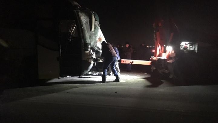 Подробности ДТП под Тюменью, где столкнулись автобус и большегруз. Один человек погиб
