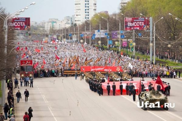 Огромная толпа прошла по проспекту Октября