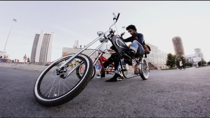На чём ты ездишь: тюменец собрал своими руками трехметровый велолимузин из стройматериалов