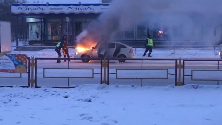 """""""Не каждый так полезет"""": очевидцы сняли, как автоинспектор в Каменске-Уральском тушил горящее авто"""