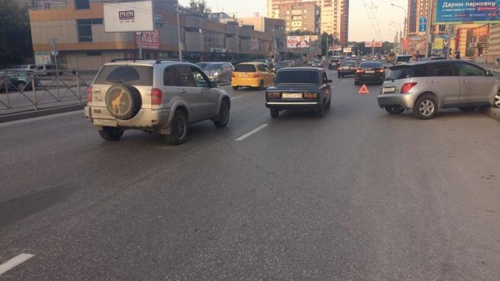 Женщина-водитель протаранила Lexus и Toyota на улице Гоголя