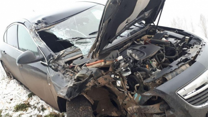 На трассе в Башкирии столкнулись иномарка и грузовик