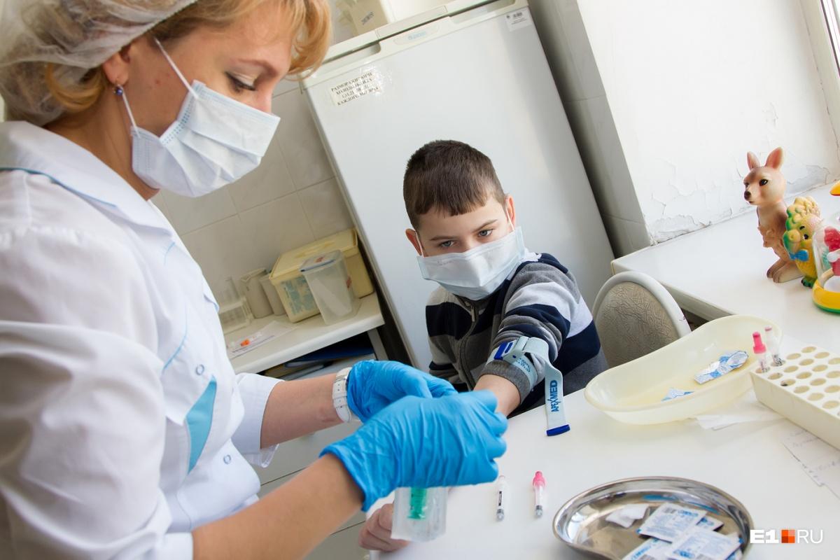 По словам эпидемиолога, за последние сорок лет не было ни одного конкретного факта, когда ребенок получил инвалидность после прививки