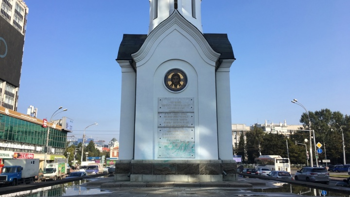 Вандалы разрисовали часовню святого Николая Чудотворца на Красном проспекте