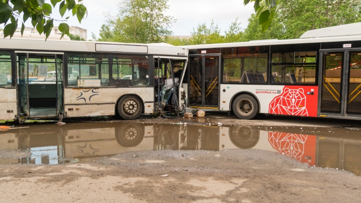 В Перми не будут расторгать договор с перевозчиком, чей автобус врезался в магазин и «Волгабас»
