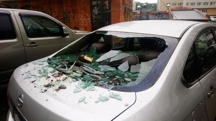 Выпавшая из окна бутылка разбила стекло припаркованного «Ниссана»