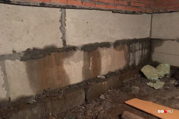 В подвал через стены протекает вода с улицы, он постоянно затоплен