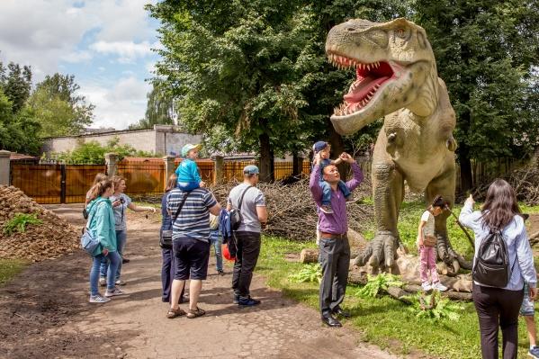 Огромные динозавры не пугают даже малышей