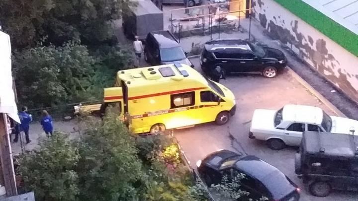 «Около часа пришлось ждать»: машина с мусором заблокировала скорую во дворе на Должанской