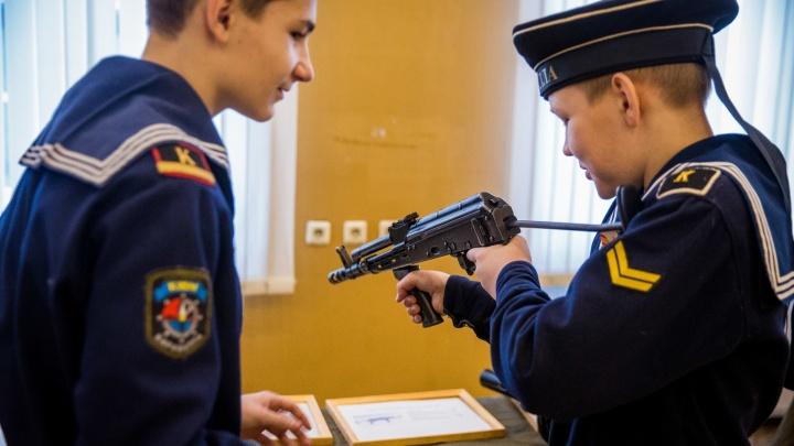 Фоторепортаж: отнятое у террористов оружие дали в руки новосибирским школьникам