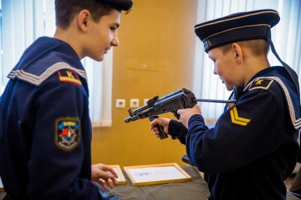 Боевые трофеи привезли в Новосибирск накануне из Екатеринбурга — первыми посетителями выставки стали и кадеты-подростки
