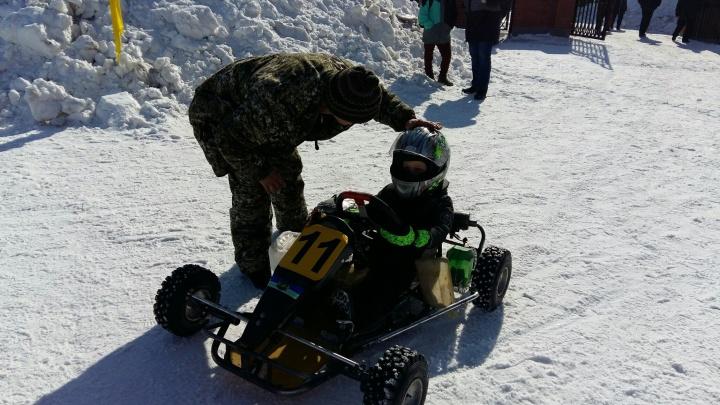 Новосибирский гонщик проехал ледовую трассу на карте — ему нет и 5 лет