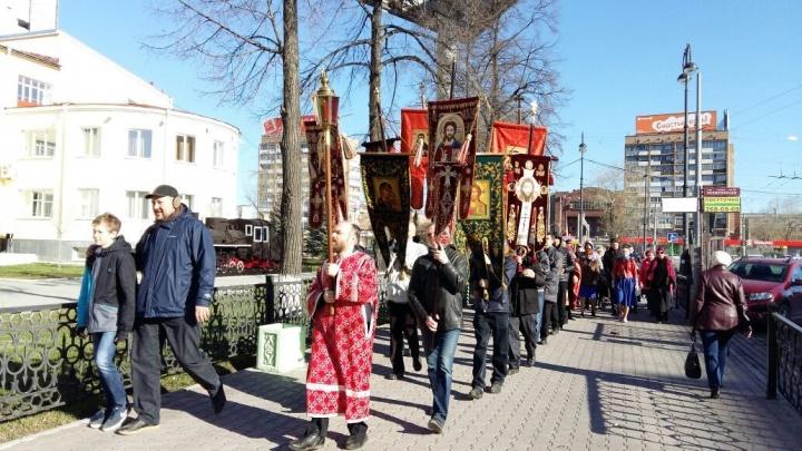 Верующие с песнопениями и молитвами прошли по улицам Екатеринбурга в память о царской семье