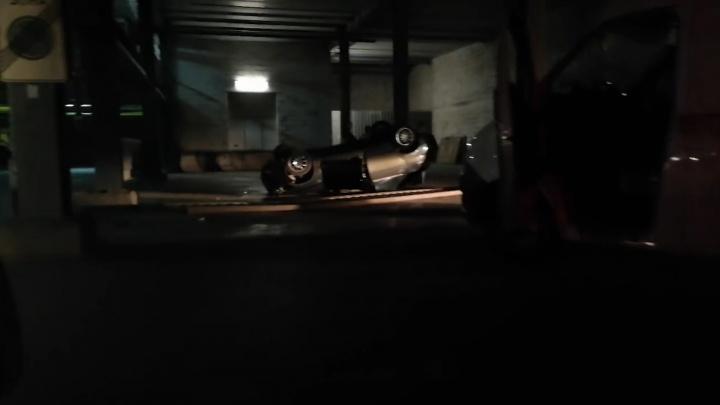 Второй пошел: в ТЦ «Гудок» с парковки снова упала машина