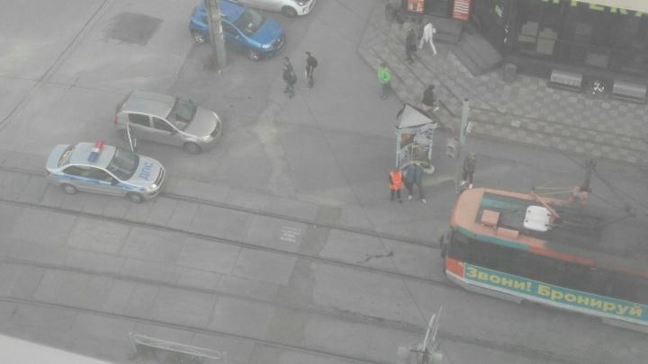 «Переходил в неположенном месте»: в центре Перми трамвай сбил мужчину