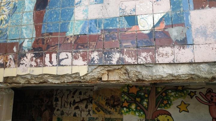 Плитку в подземном переходе на Красном Пути разрушили вандалы