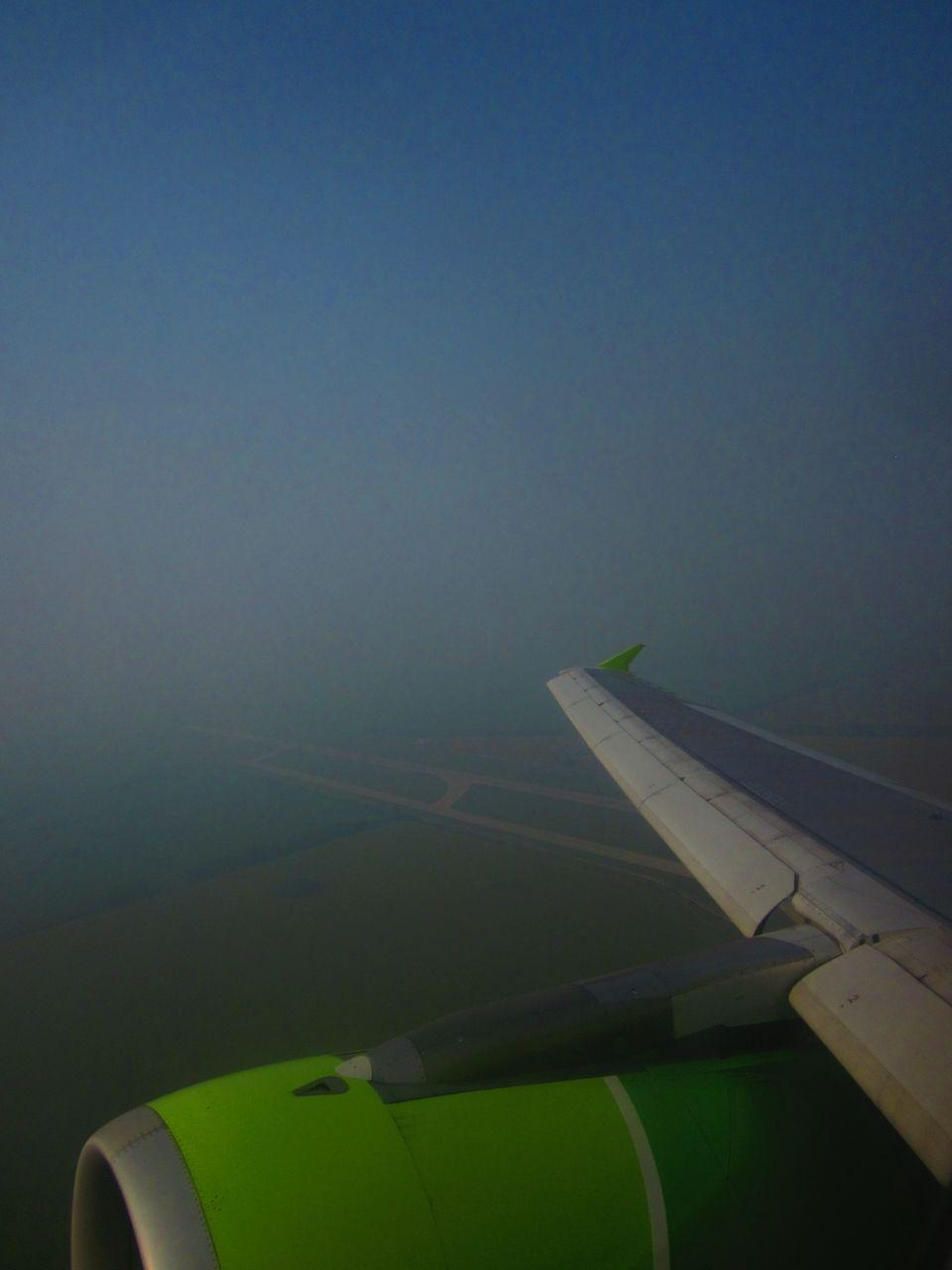 Из иллюминатора самолёта не видно даже взлётно-посадочную полосу. Видимо, пилоты садятся и взлетают по приборам