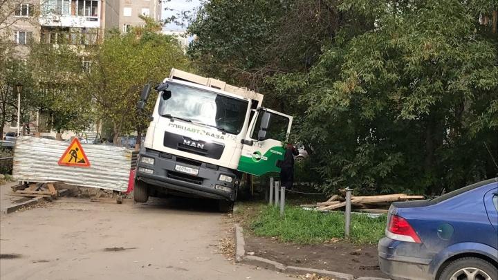 В Пионерском под мусоровозом провалилась земля