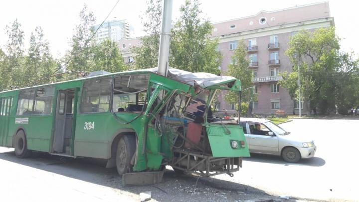 Троллейбус врезался в столб на Красном проспекте: водителя увезли на скорой