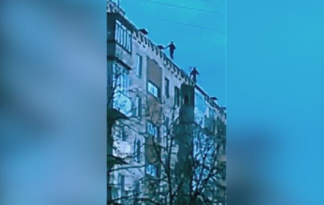 Видео: уфимские мальчишки прыгают по краю крыши многоэтажки