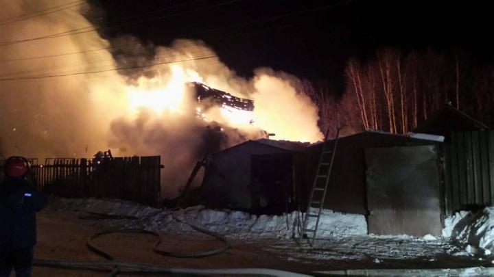 «Пламя видно из Академического»: на Широкой Речке сгорел двухэтажный частный дом