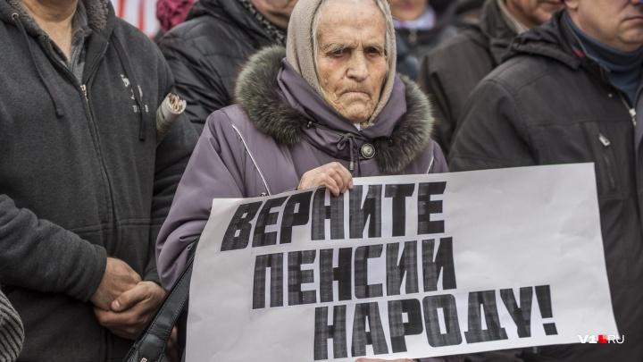 «Нам говорят о макарошках и алкашах»: смотрим лучшие фотографии с митинга в центре Волгограда