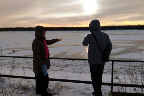 Анна Михайловна показывает место, где чуть не произошла трагедия. Она успела помочь вовремя, рискуя провалиться под лёд сама