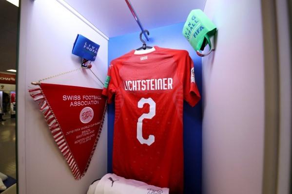 Футболисты оставили сувениры на память
