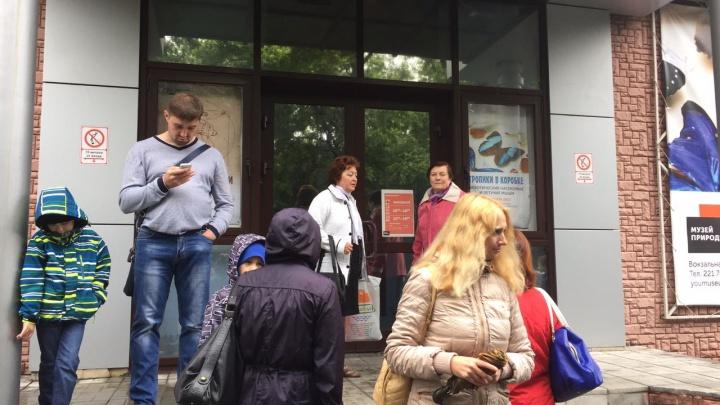 Новосибирцы не смогли попасть в музей природы и выстроились в очередь у краеведческого