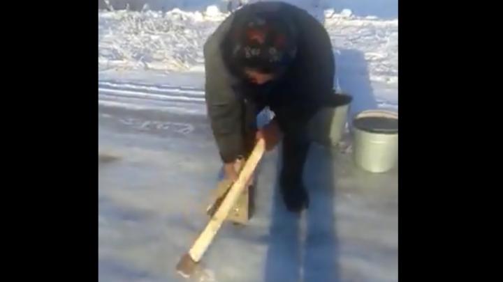 В Башкирии бабушку,  срубающую лед с дороги топором, сняли на видео