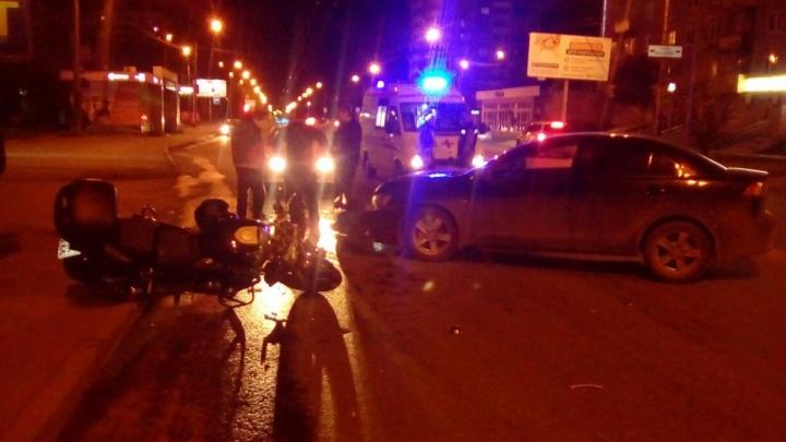 На ВИЗе мотоциклист врезался в легковушку, которая поворачивала во двор