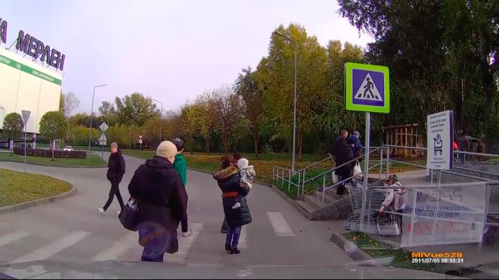Видео: прохожие остались равнодушны к судьбе заблокированного тележками инвалида