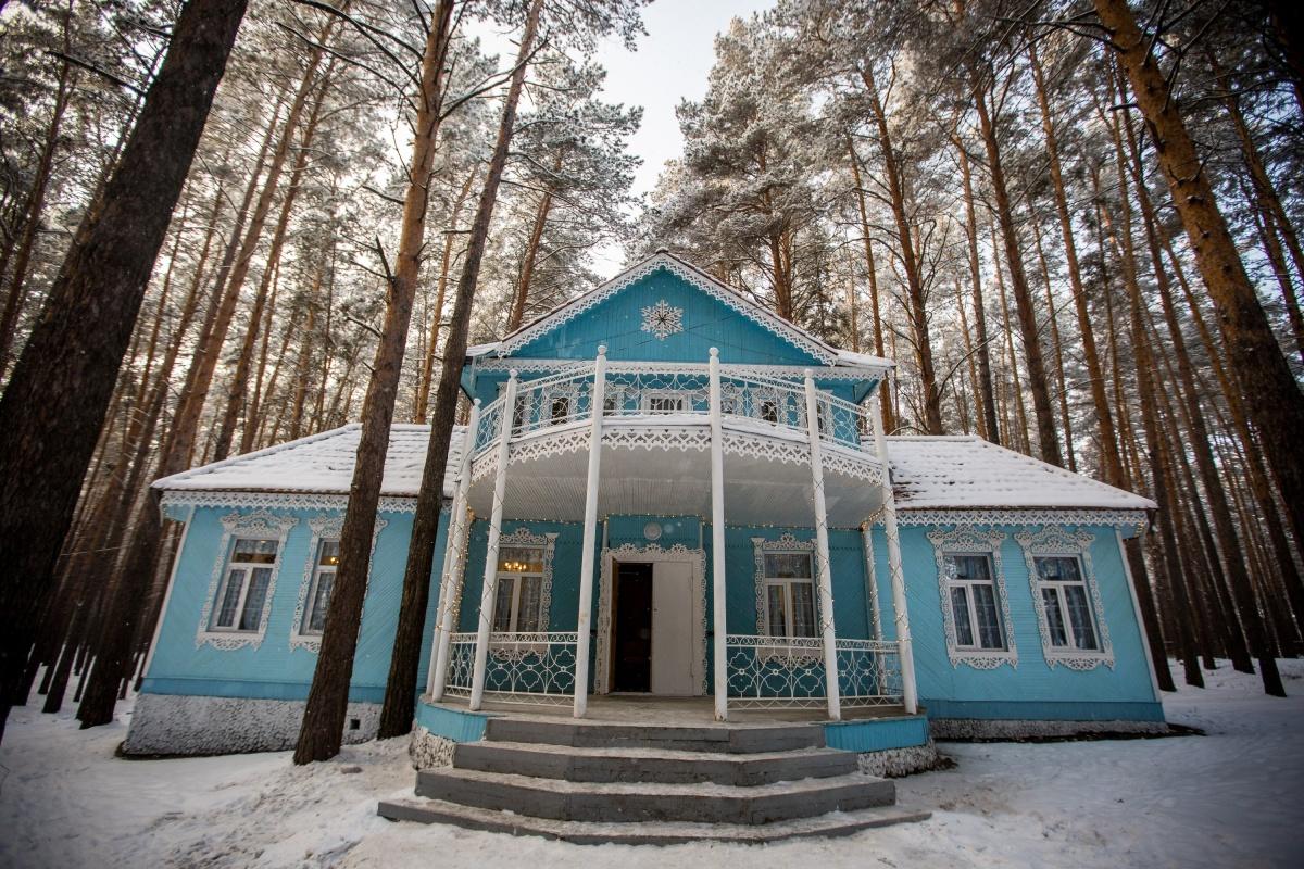 В терем Мороза Ивановича превратили старое здание администрации в лесу