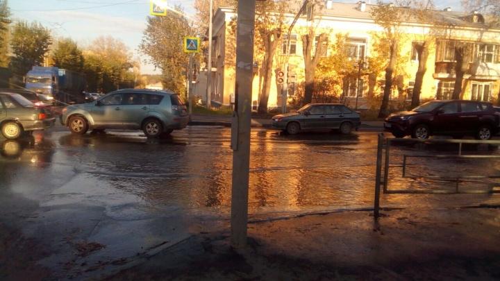 Пешеходам остается только плыть: на Эльмаше лопнувшая труба затопила проезжую часть и тротуары
