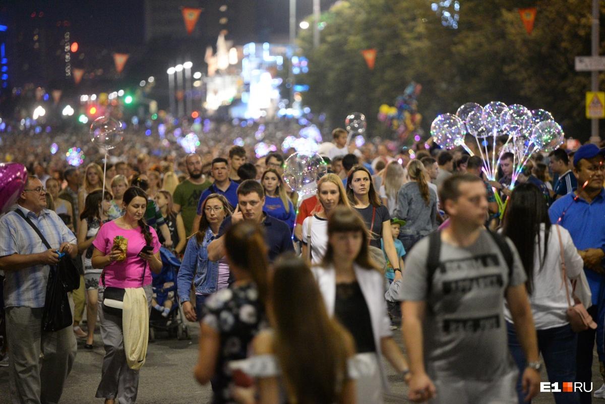 Вечером толпы перекрыли проспект Ленина