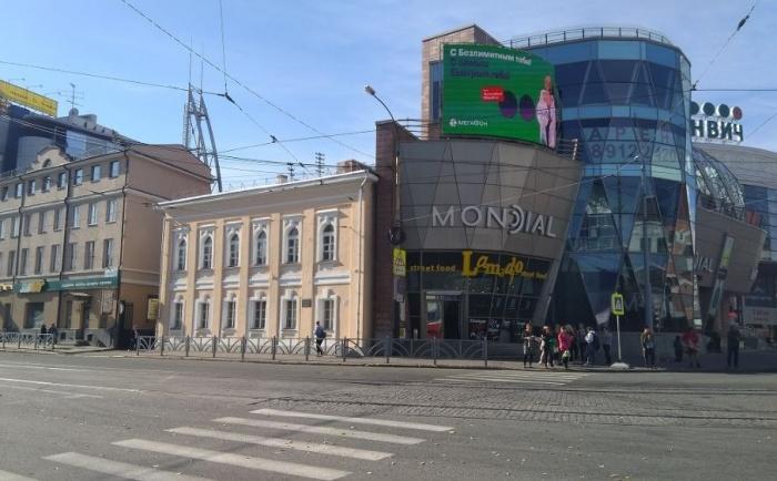 """Старинный дом стоит рядом с """"Гринвичем"""" на перекрёстке Радищева и 8 Марта"""