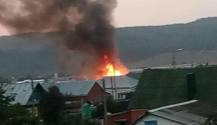 Как тушили крупный пожар в Башкирии: сгорел дом, гараж и деревянный хозблок