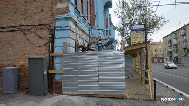 Со здания Главпочтамта на Ленина начали отдирать краску спустя полгода после покраски