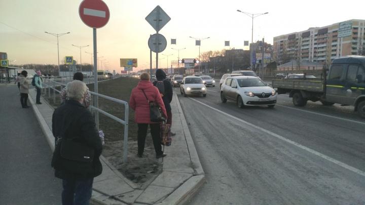 На дублёре Московского шоссе ограничили движение из-за провала асфальта