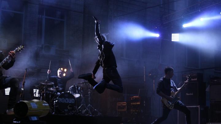 Известная рок-группа выступила на сцене около НГУ