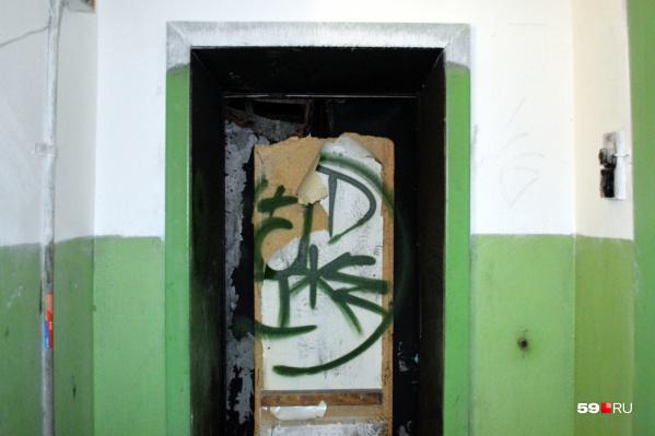 Так выглядят двери лифта на девятом этаже. Они обожжены и заколочены