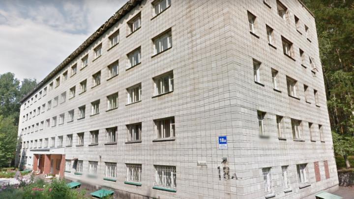 Из окна общежития НГУ выпал бывший студент