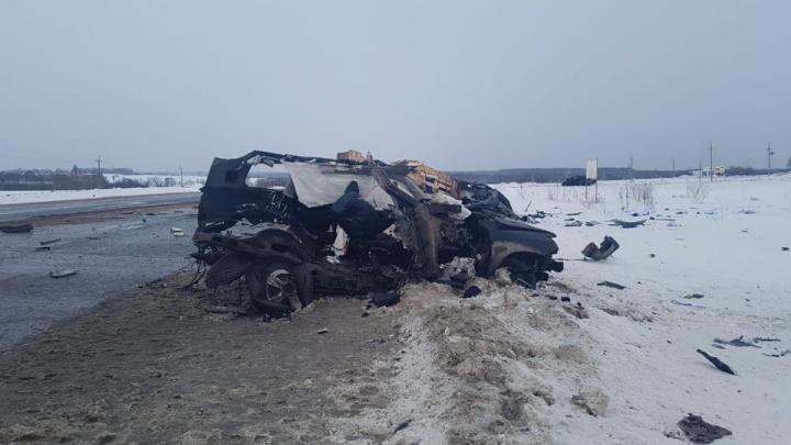 В Башкирии столкнулись Lexus и КАМАЗ, два человека погибли