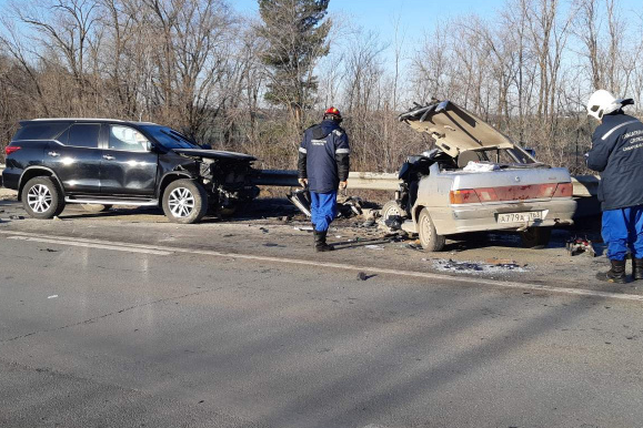 Спасателям пришлось вызволять водителя ВАЗа с помощью спецсредств