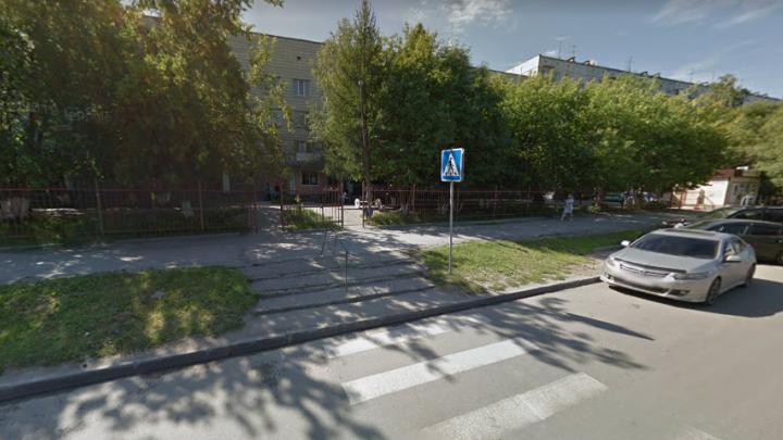 Женщина попала под машину возле поликлиники на Широкой и сама дошла до врачей