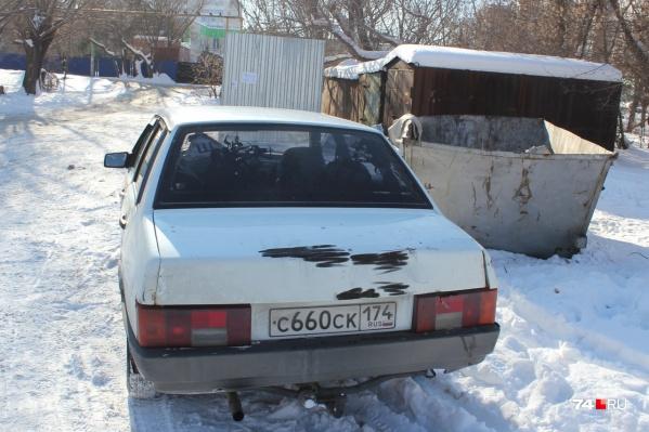 Владелица обнаружила автомобиль в соседнем дворе. Её первым предположением был угон